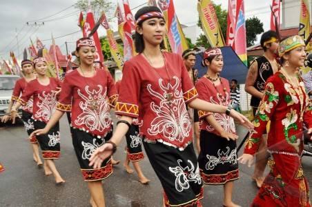 Wanita Dayak menggunakan Baju Adat Dayak di Gawai Dayak