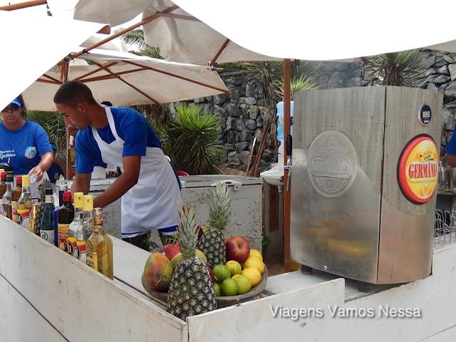 Quiosques que servem diferentes drinks e chope na Praia da Ferradura
