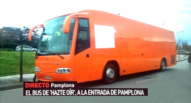 La policía retiene el autobús de 'Hazte Oir' a la entrada de Pamplona