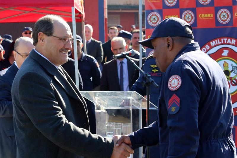 Sargento Alves, 65 anos, recebeu homenagem pelos 30 anos de dedicação à corporação - Foto: Luiz Chaves/Palácio Piratini