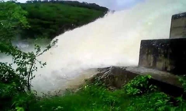 As fortes chuvas das últimas semanas fizeram elevar o nível de água nas represas assim como na barragem de Cachoeira Grande, que segundo informações acumula 5 mil metros cúbicos e transbordou.