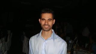 Ο Βαγγέλης Αυγουλάς μπροστά από τα τραπέζια σε δείπνο στην Κρήτη