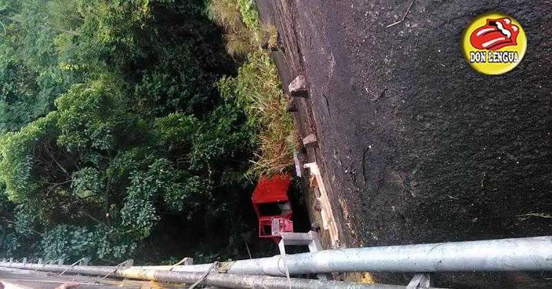 Así quedó el camión de bomberos que cayó de la vía en la GMA