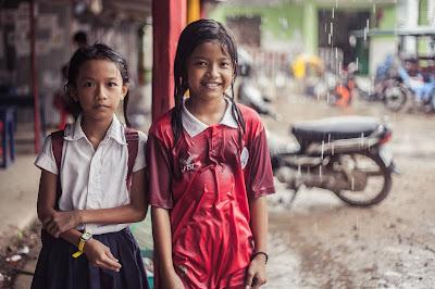 Niñas cerca del proyecto de Battambang con el que colaboramos.