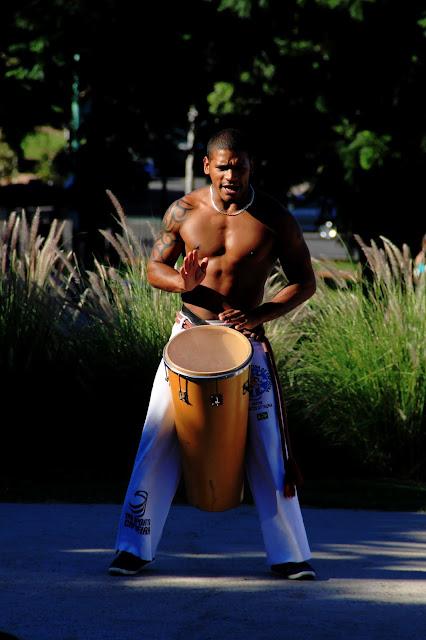 Joven tocando el tambor