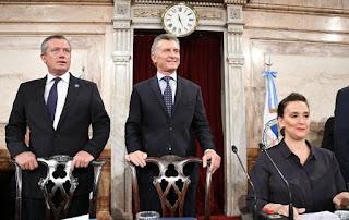 Macri (al centro) emitió un discurso ante legisladores y gobernadores. Antes de empezar, pidió a los fotógrafos que paren de sacarle fotos. 'No tengo caries ni nada, está todo bien'.