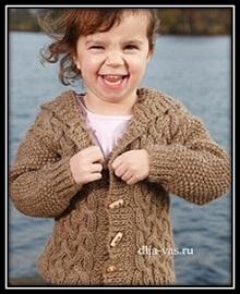 detskoe vyazanie jaket s kapyushonom dlya malchika so shemoi uzora i opisaniem vyazaniya