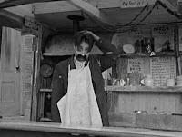 """Кадр из фильма Чарли Чаплина """"Собачья жизнь"""" / A Dog's Life (1918) - 28"""
