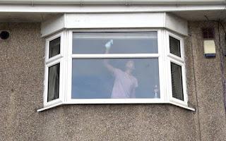 Τι μπορεί να κρύβει η φωτογραφία μιας γυναίκας που καθαρίζει παράθυρα