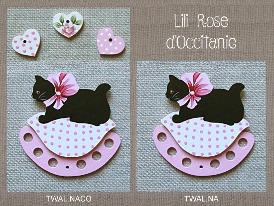 """Tri-fils bois peint, chat noir sur coussin blanc et rose + charms """"Coeurs"""" assortis. Broderie et point de croix"""