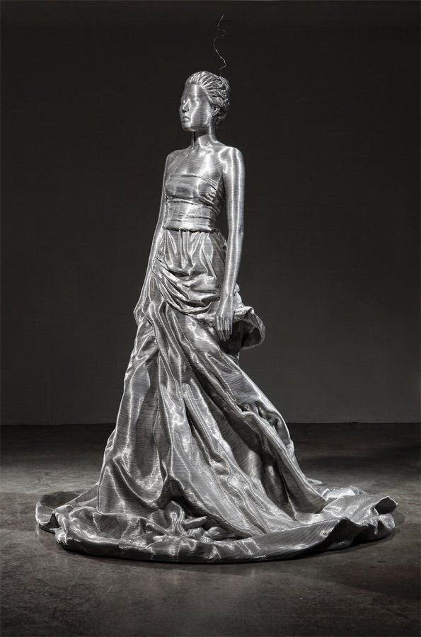 escultura de mujer  con vestido