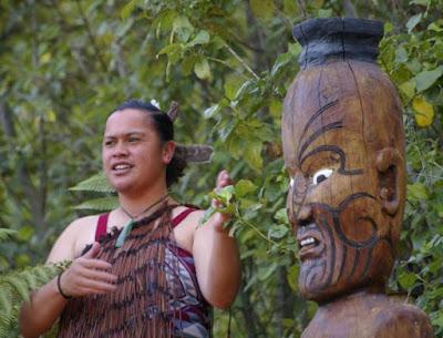 Hasil gambar untuk wanita Suku Maori, New Zealand