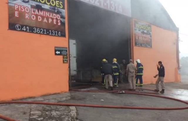 Grande incêndio atinge deposito de madeira em colombo