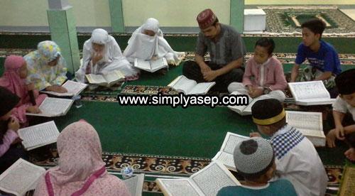 KENANGAN : Inilah salah satu momen terindah yang berhasil saya abadikan dalam foto saat anak anak remaja masjid Babussalam dengan istiqamahnya bertadarus Al Quran dari awal hingga akhir Ramadhan. Foto Asep Haryono