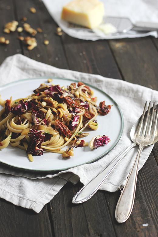 Rezept für Radicchio-Pasta mit Walnüssen und getrockneten Tomaten. Holunderweg 18