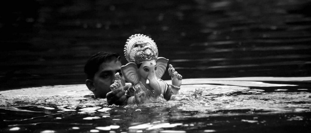 गणपती विसर्जनावरुन परतताना - मराठी कविता | Ganapati Visarjanavrun Paratatana - Marathi Kavita
