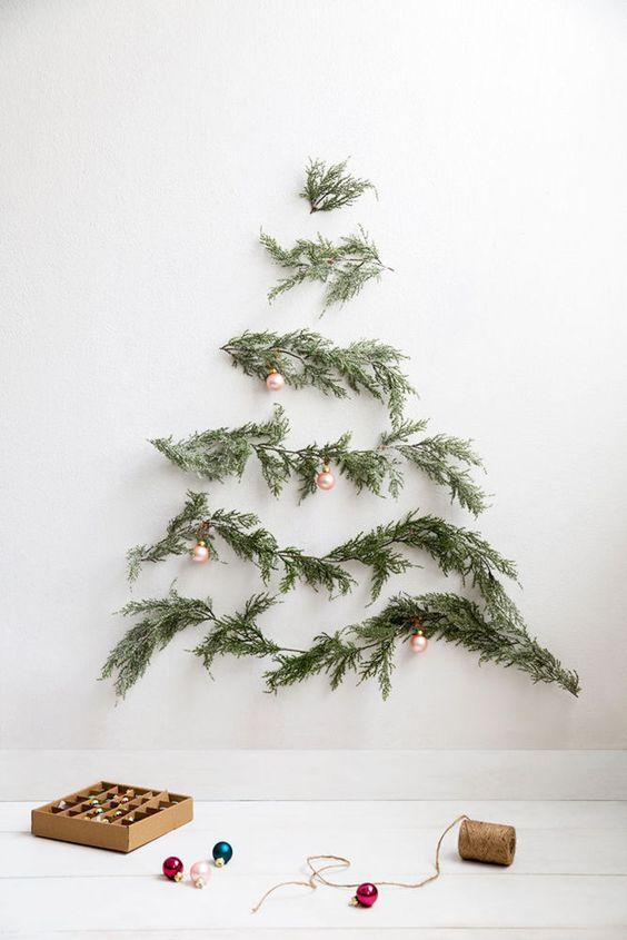 Árbol de Navidad moderno y sencillo hecho con ramas