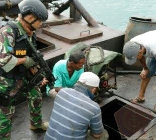 Lantamal IV Tanjungpinang Tangkap Tug Boat Tanpa Nama Bermuatan 80 Ton BBM Ilegal