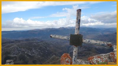 Vistas cimeras de la cruz de cumbre de Peña Ubiña Pequeña
