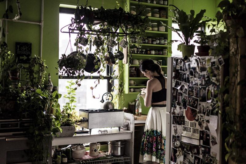 Regando las plantas de interior en un apartamento de Brooklyn