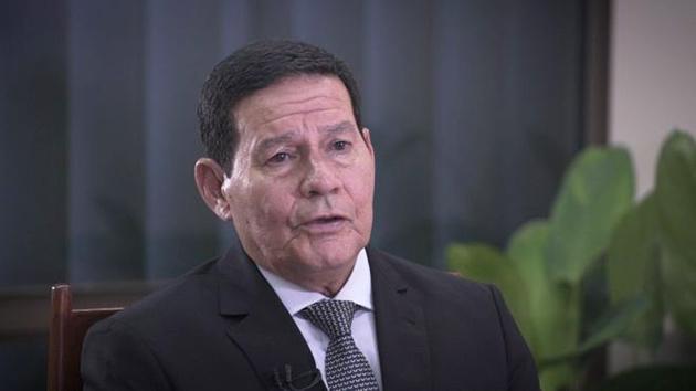 Mourão embarca para a Colômbia para coordenar resposta do Brasil