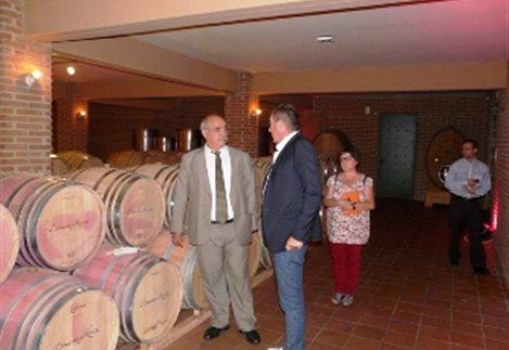 Αντικατάσταση της χαρτοταινίας στα κρασιά προτείνει ο Σκούρας στον Μάρκο Μπόλαρη