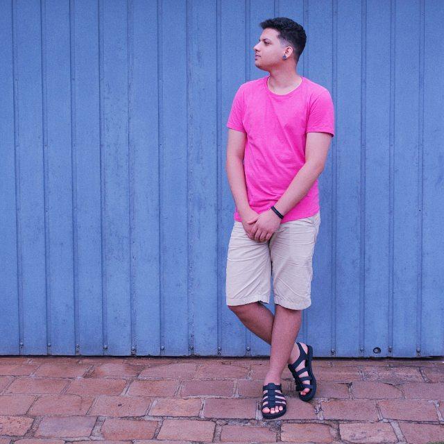 Look Masculino com Camiseta Rosa