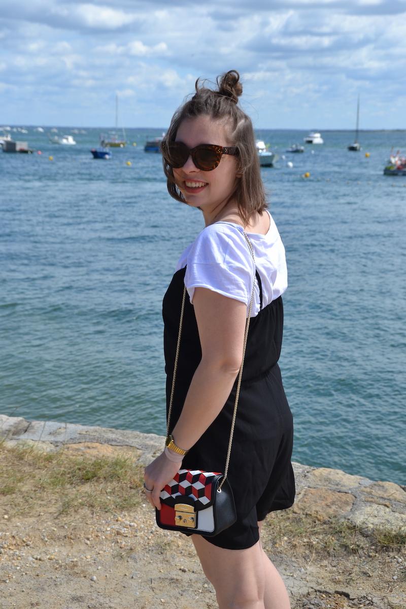 combinaison short noir Stradivarius, t-shirt blanc, lunette aliexpress, sac metropolis furla