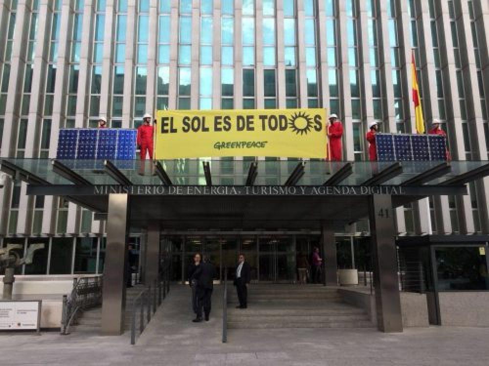 Escaladores de Greenpeace colocan placas solares en instalaciones ...
