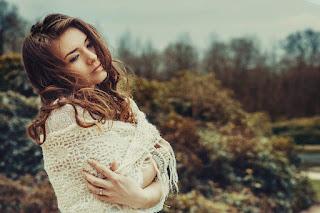 Eine junge, nachdenkliche Frau