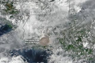 Erupción del Volcan de Fuego desde el espacio (imagen de la NASA)