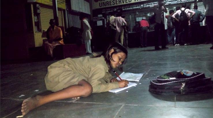 Άστεγο Kοριτσάκι πηγαίνει κάθε μέρα στον σιδηροδρομικό σταθμό για να βρει φως να διαβάσει τα μαθήματα του