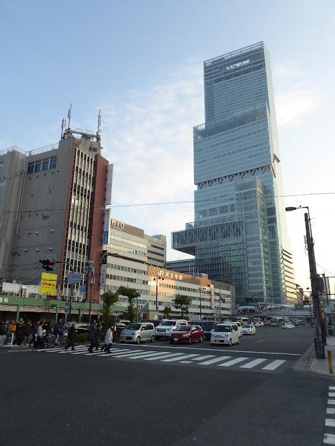 あべのハルカスとMIO(ミオ) JR天王寺駅