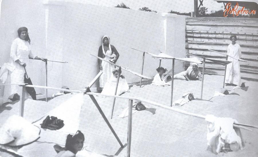 Дети принимают песочные ванны в Евпатории