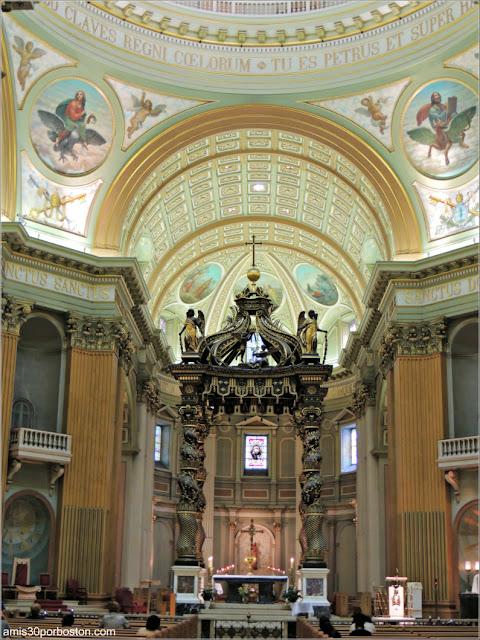 Basílica-Catedral Marie-Reine-du-Monde: Baldaquino Réplica de la Basílica de San Pedro