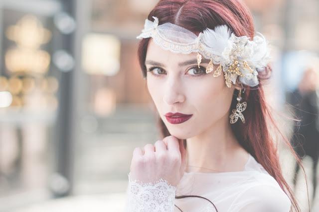 Koronki, perły i piórka w opasce ślubnej w stylu hippie.