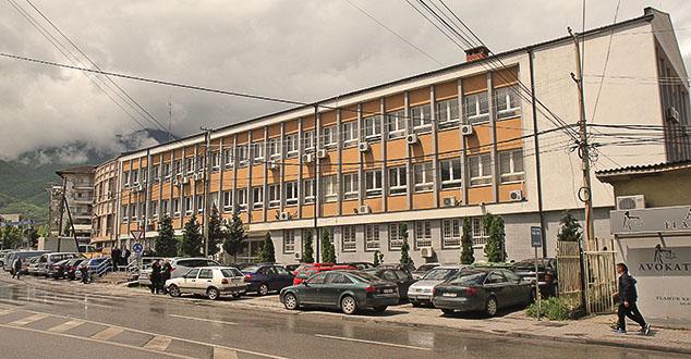 Четворици је продужио притвор до 48 сати.  Божидар Шарковић, председник Привременог органа Општине Клина обишао је приведене Србе, и каже да је њихово здравствено стање добро.  Владан Кизић и Марко Лучић кажњени су са по 570 односно 420 евра док су остала четворица ухапшених младића и даље у притвору. #Косово #Вести, #Пећ, #Суд, #Шиптари, #казна, #српски, #казна,