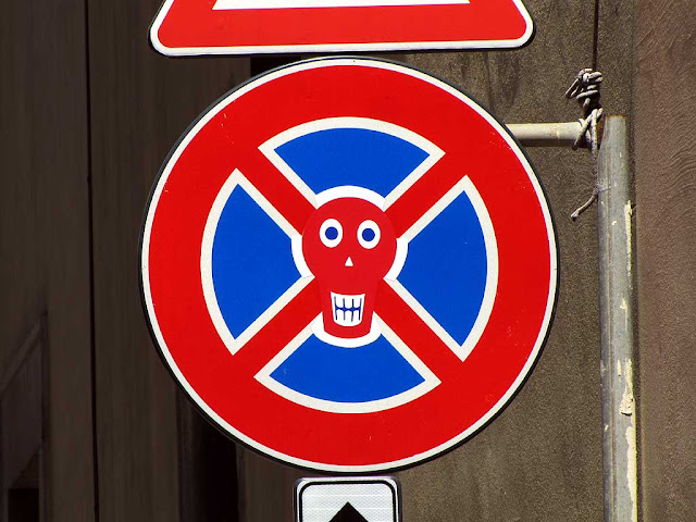 Clet Abraham, no parking or standing sign with skull and crossbones, via della Venezia, Livorno