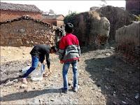 Scéance de nettoyage derrière l'école