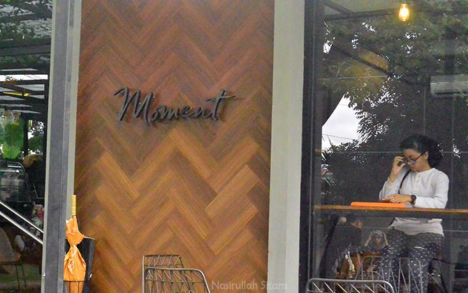 Tulisan Moment tepat di dinding kedai
