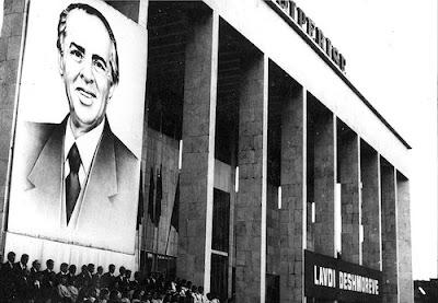 Enver Hoxha : la grande disciplina e l'educazione dei giovani albanesi