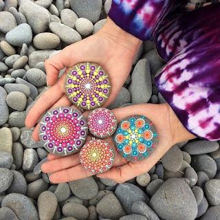 dibujos mandalas de colores en piedras