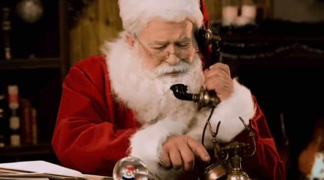 Babbo Natale che compone il numero di telefono