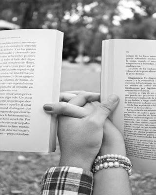 foto tumblr en pareja leyendo