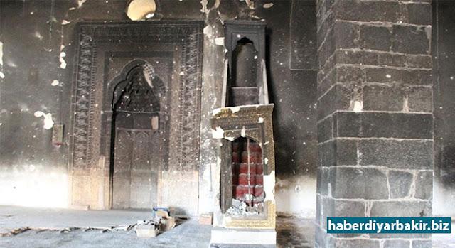 DİYARBAKIR-Diyarbakır'ın Sur ilçesinde PKK'lilerin barikat kurup, çukur kazmasının ardından meydana gelen çatışmalarda hasar gören 14 tarihi eserin Çevre ve Şehircilik Bakanlığı ile Vakıflar Genel Müdürlüğü koordinesinde başlatılan restorasyon ve renovasyon çalışmaları devam ediyor.