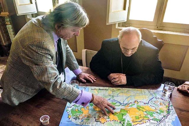 Martin von Hildebrand explicando o Corredor AAA ao chanceler da Academia de Ciências do Vaticano, Mons. Marcelo Sánchez Sorondo.