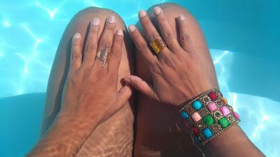 Mãos e pernas embaixo d'agua na casa de meus pais, com anéis e pulseira.