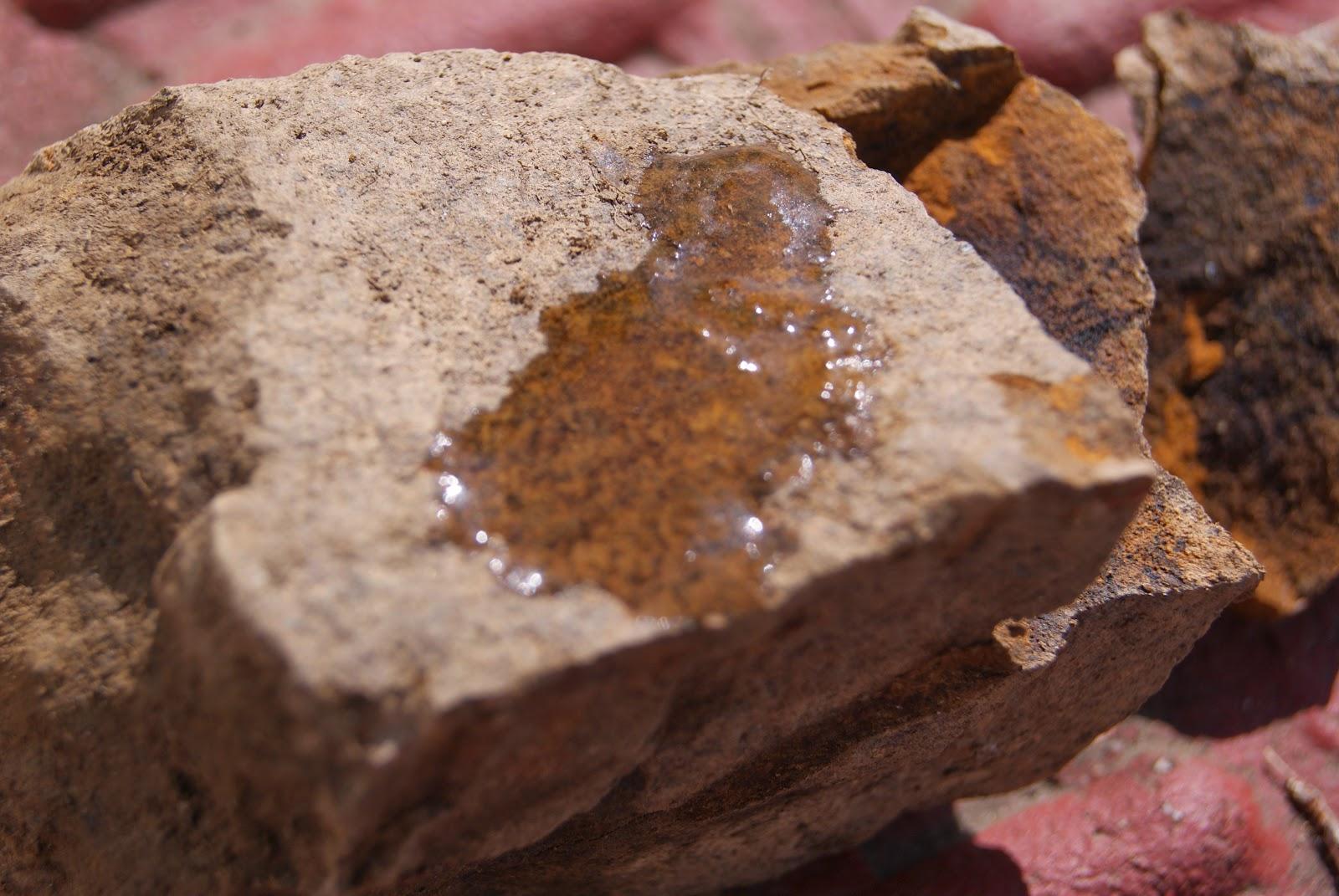 La roca no produce reacción con el ácido clorhídrico, por lo tanto no es caliza