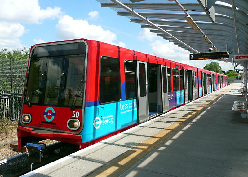 Trem Docklands Light Railway em Londres
