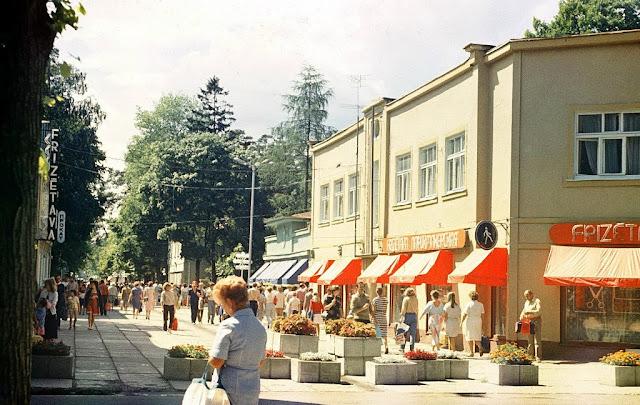 1986 год. Юрмала. На улице Йомас возле двух парикмахерских и проката